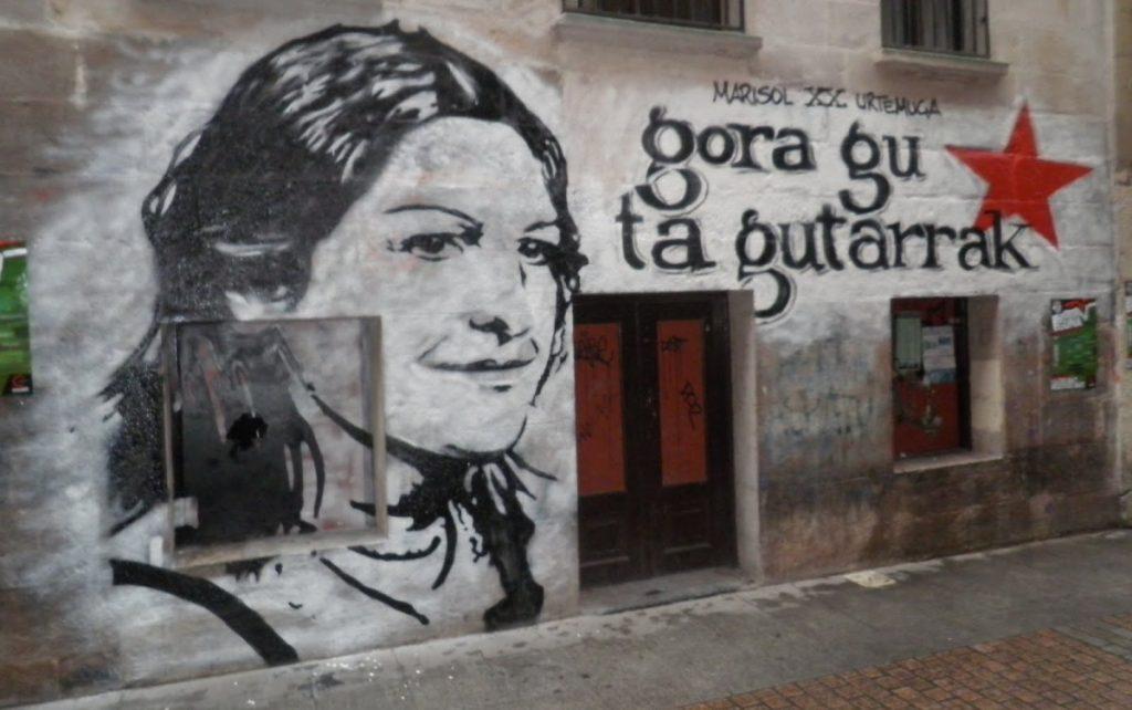 Hizki larriz idatzitako kaleko HISTORIA 2/ Manipulatzen ari ziren lehergailuaren eztandaren ondorioz hildako militanteei eskainitako kantak