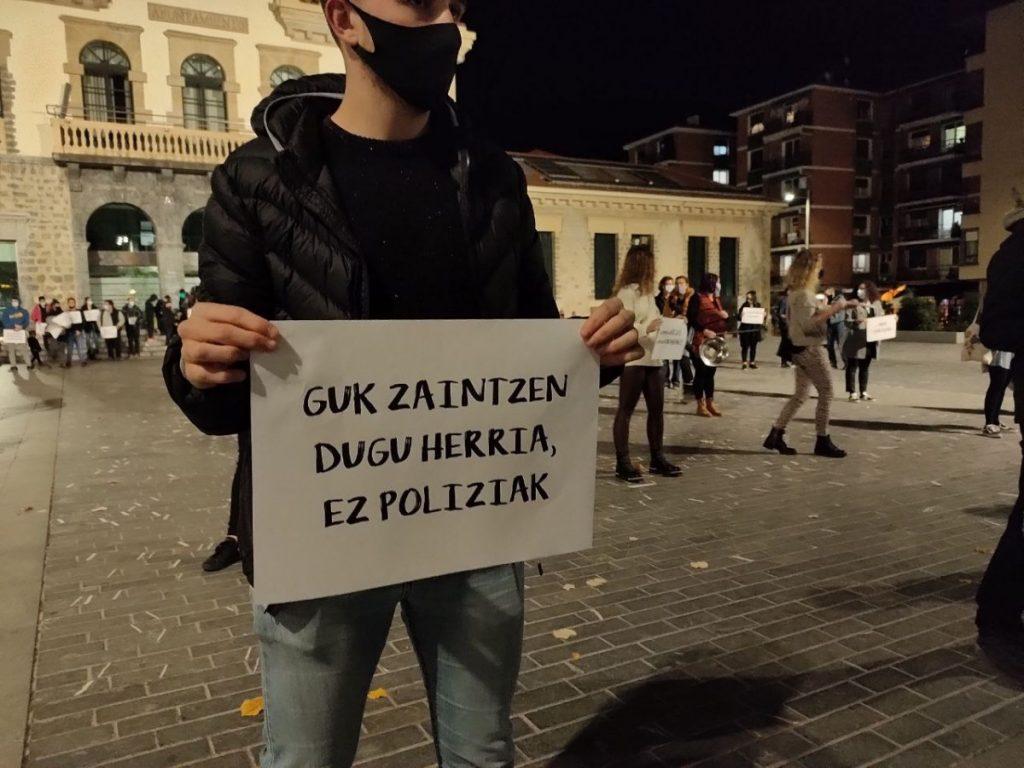Zerbitzu publikoen defentsan eta kontrol sozialaren aurka mobilizatzeko deia egin du Gasteizko herri mugimenduak
