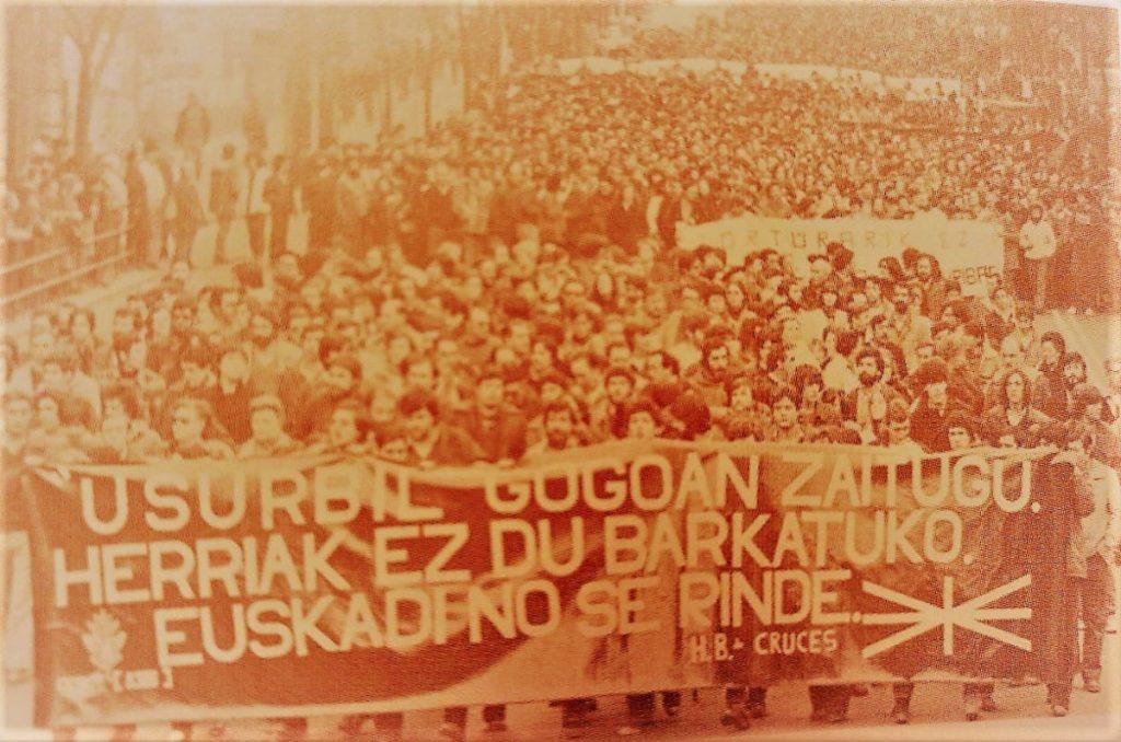 """Hizki larriz idatzitako kaleko HISTORIA 8 / 1980.urtea, """"Usurbil"""" Jose Martin Sagardia eta Zarama taldearen lehen kanta"""