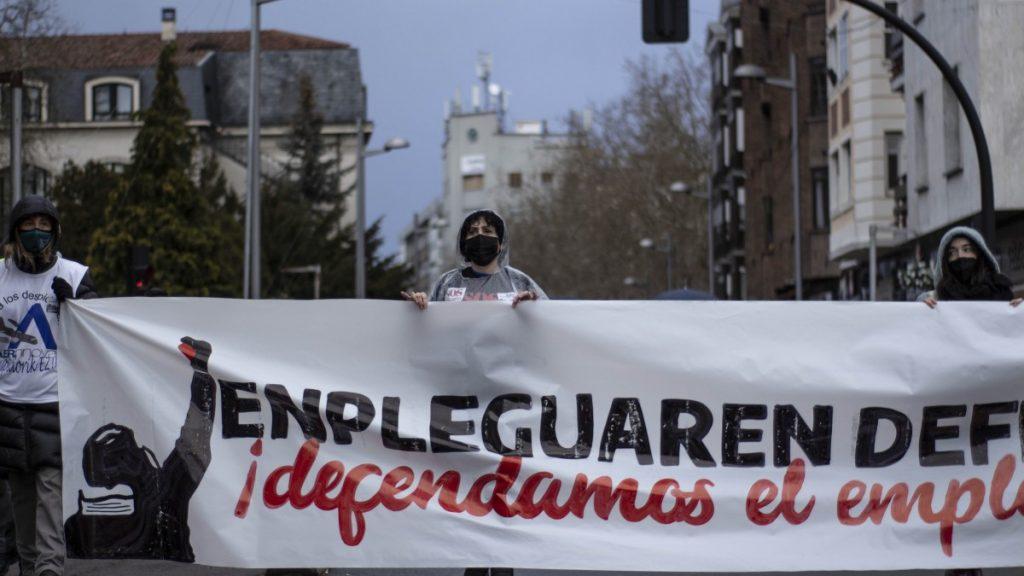 Miles de personas y decenas de colectivos suman fuerzas en Gasteiz en defensa del empleo digno