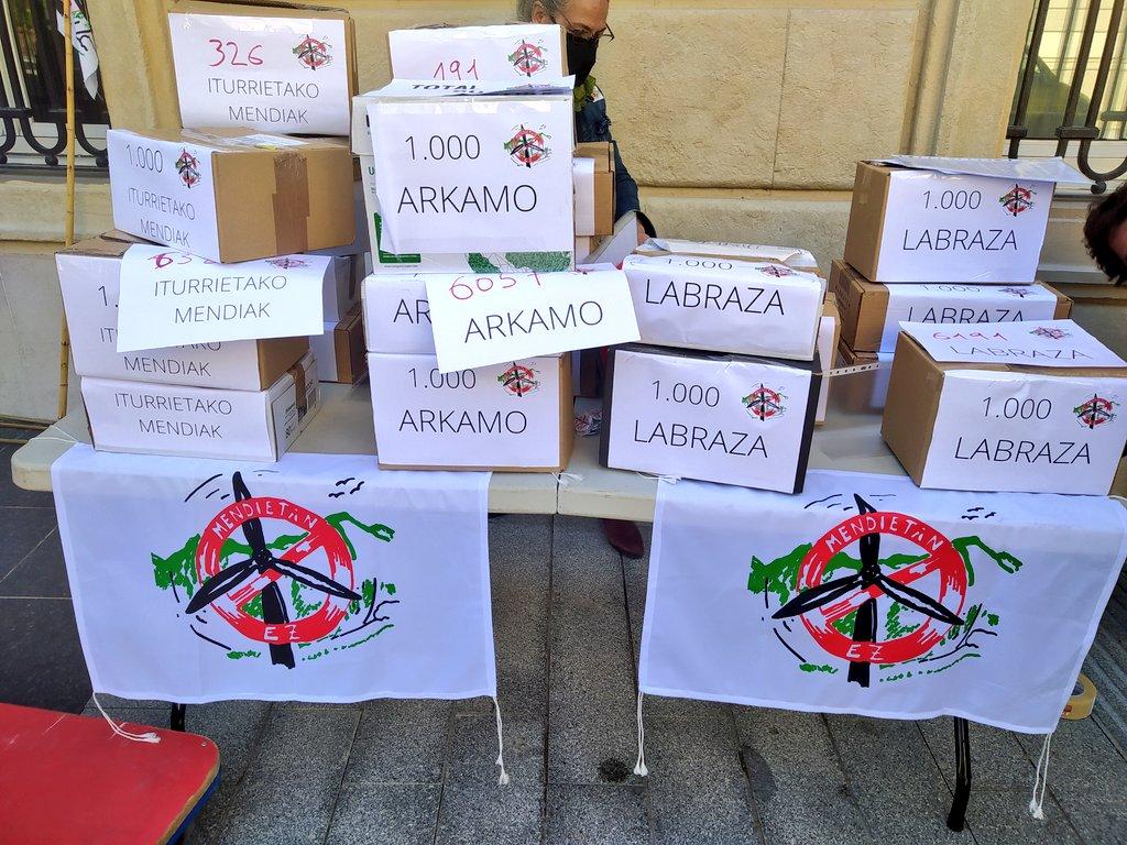 Mendiak Askek hiru zentral eolikoen aurkako 15.000 alegazio baino gehiago entregatu ditu gaur Gasteizen