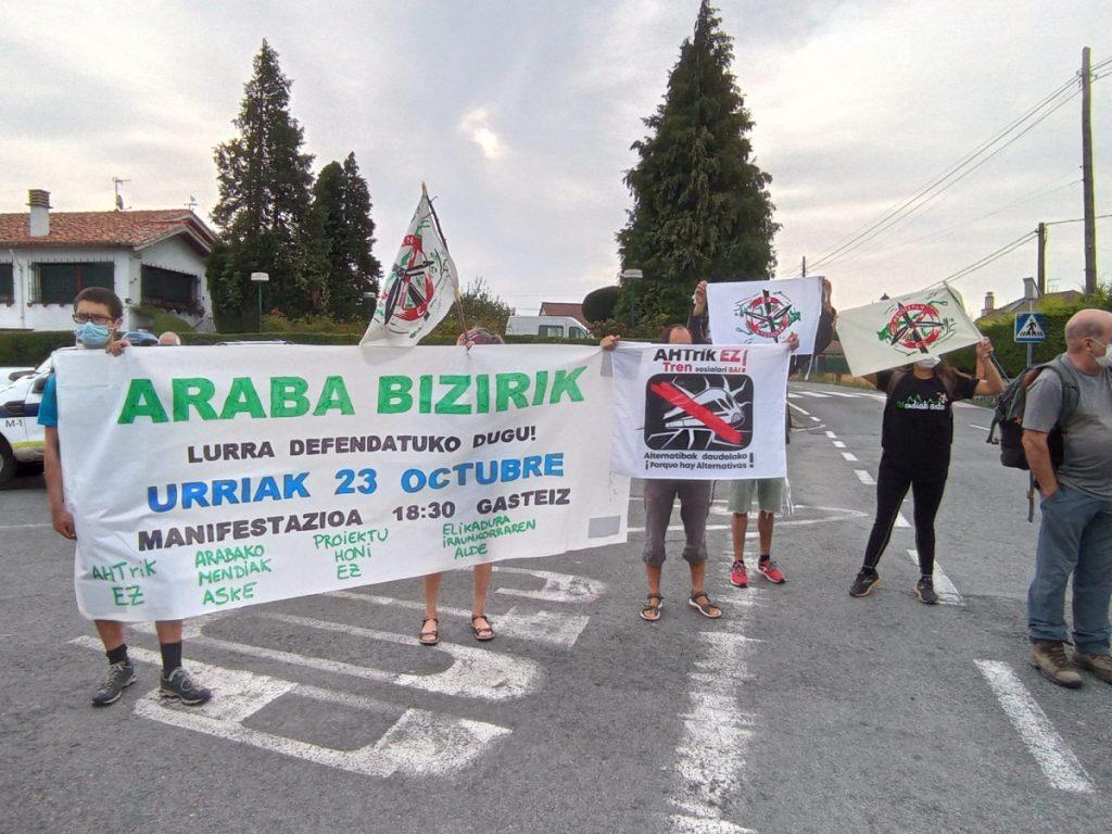 Protesta egin du Araba Bizirik! plataformak zinegotzien mugarrien martxan