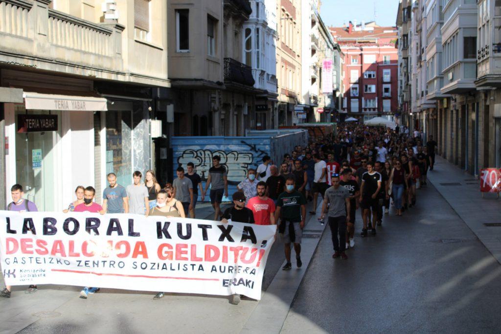 Manifestazio jendetsua egin zen atzo Gasteizen, Laboral Kutxari Zentro Sozialistaren desalojoa gelditzea eskatzeko